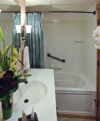 commodore suite bath